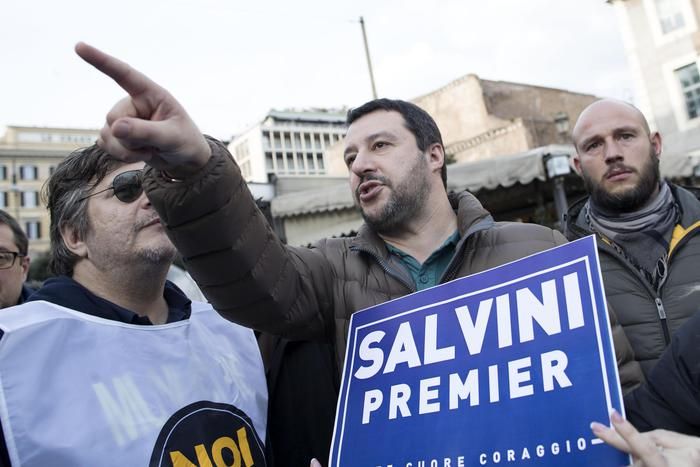 Salvini interrotto dalla folla, e lui:
