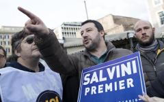 Salvini nella diocesi di Livorno: parla di lavoro, rifugiati, Islam e Pci. Gli antagonisti cantano «Bandiera rossa»