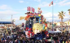 Viareggio, Carnevale: esordio sui viali a mare  per le maschere di Donald Trump e Virginia Raggi