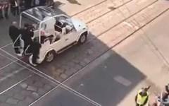 Milano: Papa Francesco usa il bagno chimico fra la folla (video)