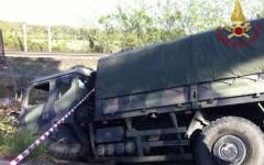Pisa: donna muore nello scontro dell'auto contro un camion militare