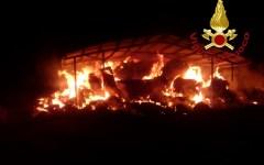 Grosseto: incendio di rotoballe, intervento dei vigili del fuoco, domate le fiamme