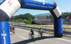 Giro d'Italia: pedalata amatoriale sull'A1 panoramica. Circa 700partecipanti
