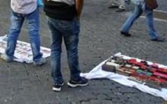 Firenze: venditore abusivo morde vigile urbano durante un controllo in piazza Duomo
