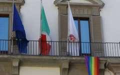 Firenze: giornata contro l'omofobia, bandiera arcobaleno a Palazzo vecchio