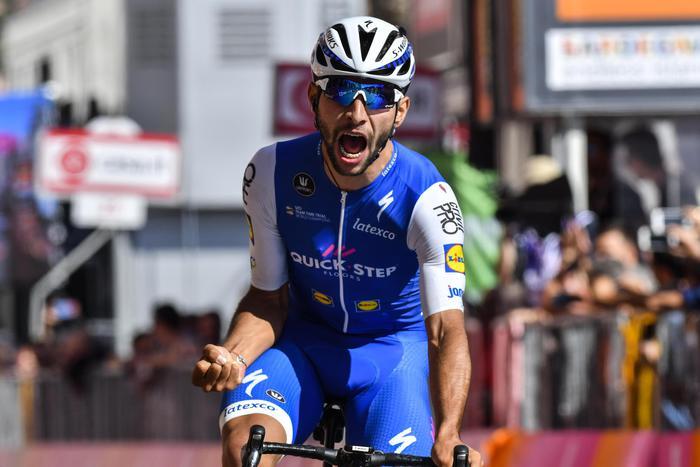 Giro, tappa e maglia a Fernando Gaviria