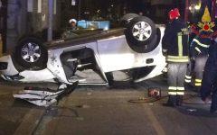 Firenze: carambola di auto (una ribaltata) in via dei Della Robbia. Due feriti. Le foto dell'incidente