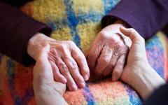 Firenze: maltrattava e legava i piedi alla madre 90enne. Arrestata