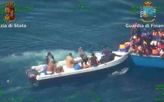 Migranti: Juncker, presidente commissione Ue, vorrebbe aiutare Italia e Grecia. Macron e Merkel frenano