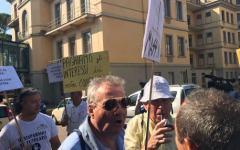 Arezzo, udienza davanti al gup per Banca Etruria: protesta dei risparmiatori, al grido  «ladri, ladri»
