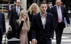 Londra: i genitori del piccolo Charlie rinunciano alla battaglia legale. «Non c'è più tempo»