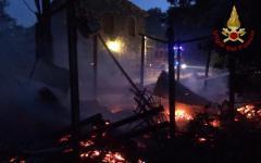 Pistoia, incendi: vigile del fuoco accusa un malore. Lavorava da 20 ore