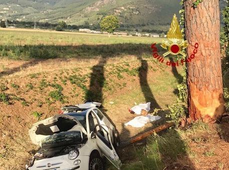 Auto si schianta contro albero: due morti