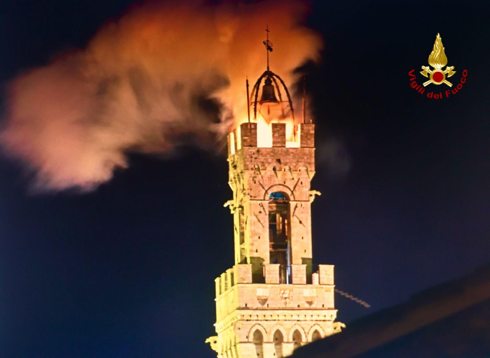 Paura a Siena, fuoco sulla Torre del Mangia