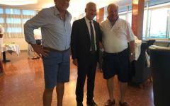 Viareggio (Lu): cena della pace in bermuda, ma il sindaco si presenta in elegante completo scuro
