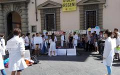 Sanità: gli specializzandi protestano davanti alla Regione Toscana