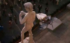 Firenze: crolla una delle due grandi statue-candele di Urs Fischer davanti a Palazzo Vecchio