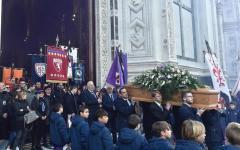Astori: in 10.000 ai funerali. Al termine inno viola e coro, un capitano, c'è solo un capitano