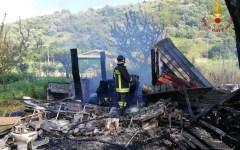 Pisa: incendiate e distrutte baracche a Vecchiano. Un ferito (Foto)