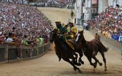 Palio di Siena: vince la Selva al fotofinish col cavallo scosso