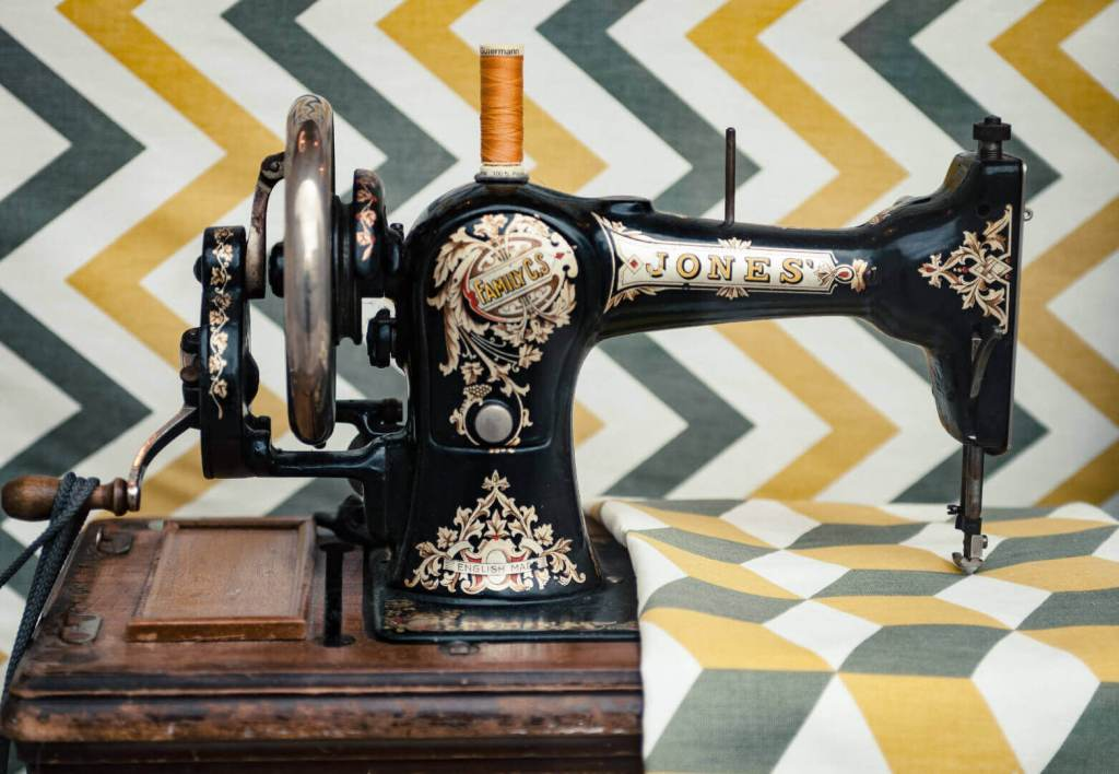 picture of an antique sewing machine