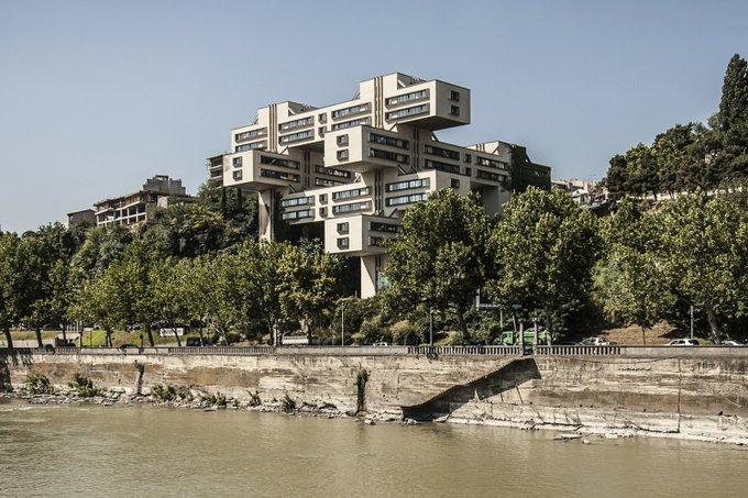 10. Bu 18 katlı bina, George Chakhava ve Zurab Jalaghania isimli mimarlar tarafından Gürcistan SSR Karayolu İnşaat Bakanlığı için tasarlandı ve 1975 yılında bitti. Mühendis Temur Tkhilava idi. 2007 yılında Gürcistan Bankası tarafından satın alındı.