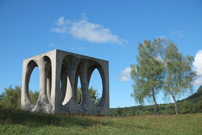 7. Ilirska Bistrica Slovenya'daki tuhaf bir heykel. Buna dair çok fazla bilgim yok, Sloven arkadaşlardan gelecek her türlü yardıma minnettarım.