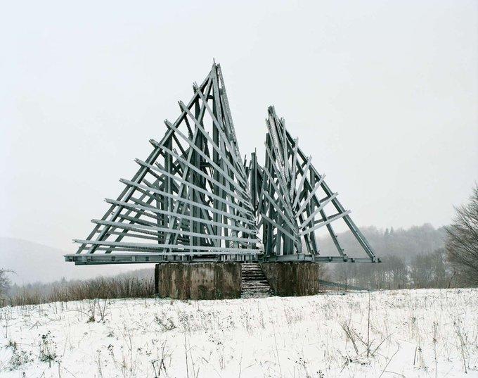 21. Bu anıt Korenica'da, Hırvatistan ve Bosna sınırında. Yugoslavya'nın II. Dünya Savaşı'ndaki zaferine bir anıt. Yapının yıkıldığı söyleniyor. Yugoslavya, ABD'deki, Slav ve Yahudi diasporası topluluklarındaki sanat anlayışından etkilenen yeni bir estetiği hemen benimsedi. David Smith ve Mark Rothko'nun soyut dışavurumculuğu kısa sürede Yugoslav kimliğinin bir damgası haline geldi. Fotoğraf: Jan Kempenaers