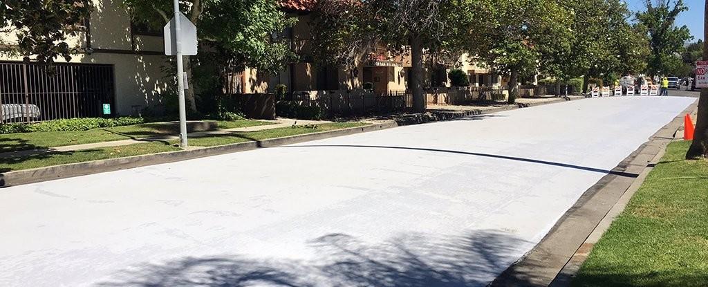 fisiomuro y pintar el asfalto de blanco