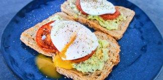 Broodje avocado met gepocheerd ei
