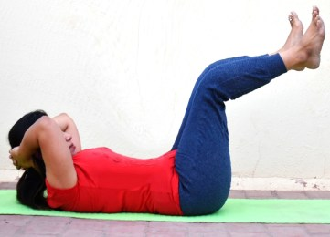 Double Crunches - Fitbewell - variation of regular crunch