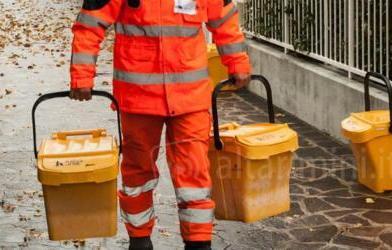 Raccolta rifiuti, più tutele per addetti al 'porta a porta'