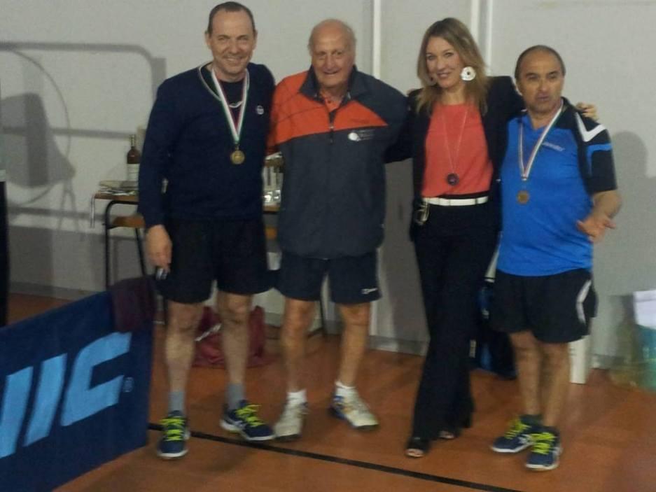 Giancarlo Pili e Bruno Pinna (terzi nel doppio maschile over 50) con il patron Efisio Pisano