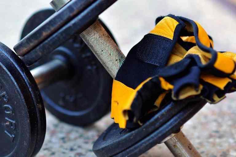 Fitnesshandschuhe auf Hantel
