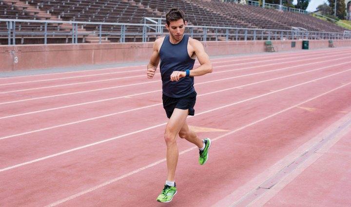 Fitbit hardloper op atletiekbaan