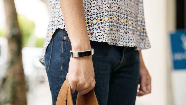 Vrouw met Fitbit Alta