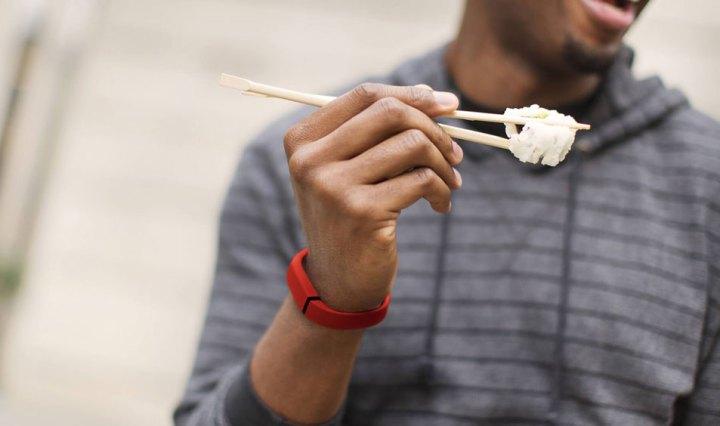 Fitbit: man met eetstokjes