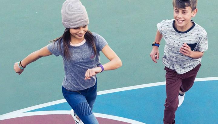 Fitbit Ace: spelende kinderen
