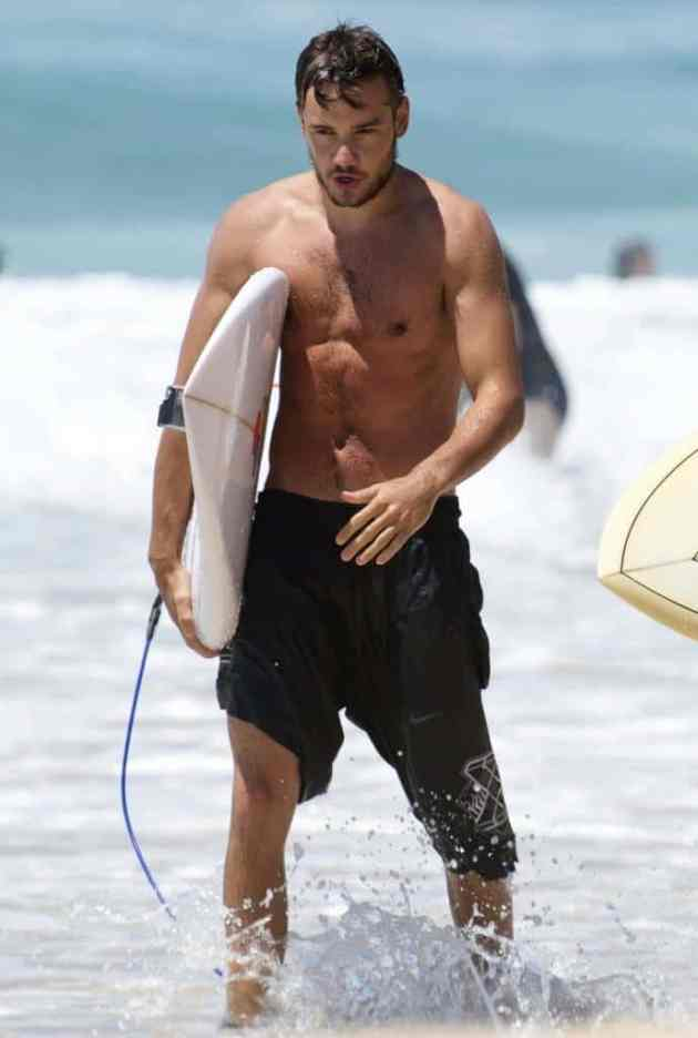 liam-payne-surfing-gold-coast-19_zps0a5eaed7