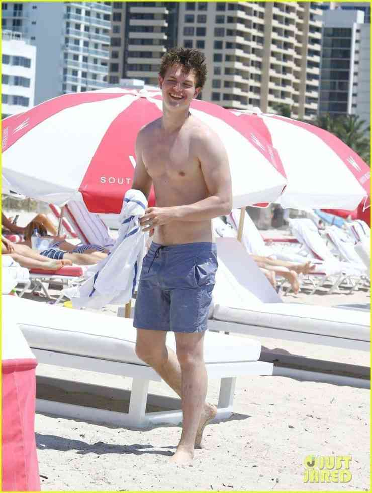 ansel-elgort-jets-to-miami-beach-time-14