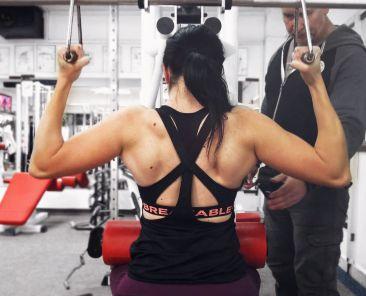 trening leđa i gluteus sa žarkom stojićem