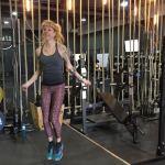 Wist je dat touwtje springen een super effectieve manier is om af te vallen? Je verbrandt er per minuut meer calorieën mee dan bij hardlopen of fietsen en je conditie conditie verbetert ook als een trein!