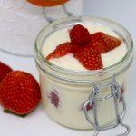 Barattolino di yogurt e frutti rossi