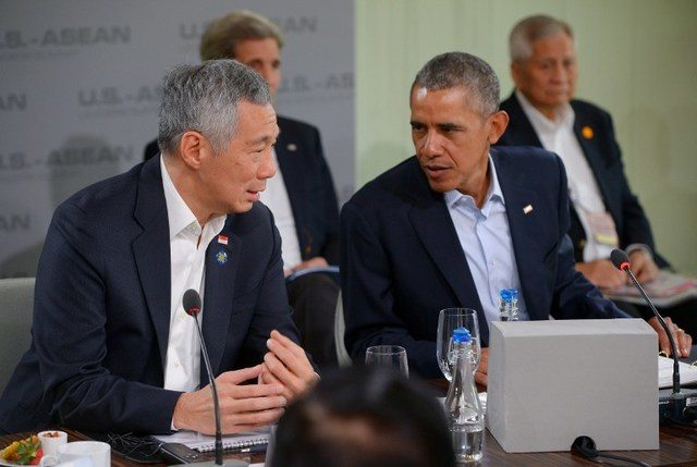 US President Barack Obama (R) speaks with Singapore's Prime Minister Lee Hsien Loong (L) as they take part in a security in Asia-Pacific plenary session during a meeting of the Association of Southeast Asian Nations (ASEAN) at the Sunnylands estate on February 16, 2016 in Rancho Mirage, California. / AFP PHOTO / Mandel Ngan