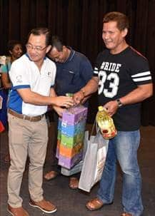 NTUC FairPrice CEO Seah Kian Peng presenting prizes to a participant.