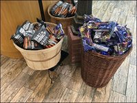 Gourmanoff Wire Pedestal Basket Display
