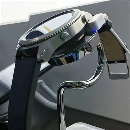 Verizon Smart Watch Stands Display Feature