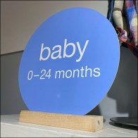 Baby-Apparel-Size Circle Sign Stand