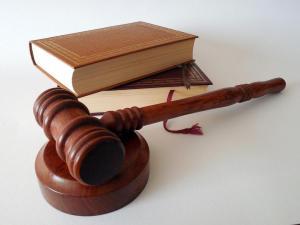 Gerichtshammmer vor Gesetzbuch