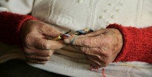 Alte Frauenhände strickend